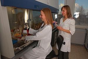 Serie tego samego leku biologicznego mogą się trochę różnić, dlatego potrzebna jest surowa kontrola procesu ich wytwarzania