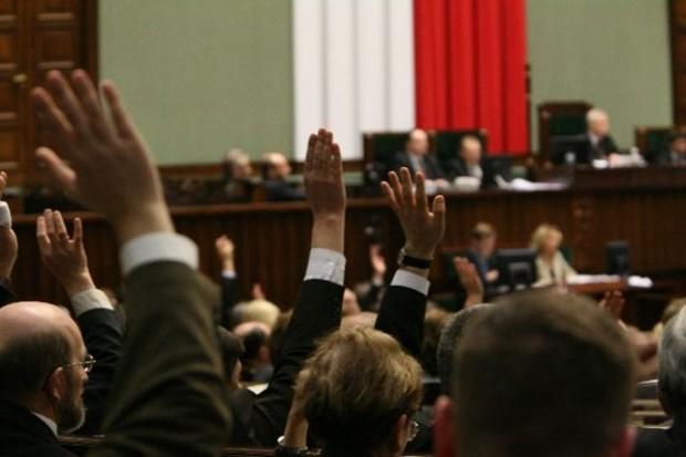 Ustawa o refundacji: PiS, PJN  przeciwko, PSL za, SLD za po uwzględnieniu poprawki