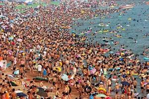 Blisko połowa ankietowanych Polaków twierdzi, że na plaży szuka cienia...