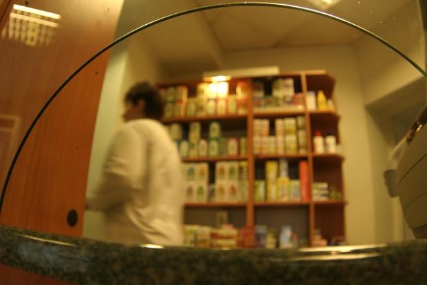 Technicy apelują o zamontowanie szyby ochronnej w aptekach