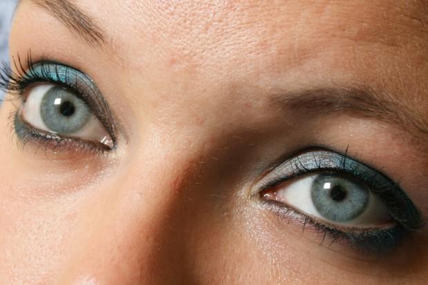 Badania: niebieskie światło szkodzi oczom