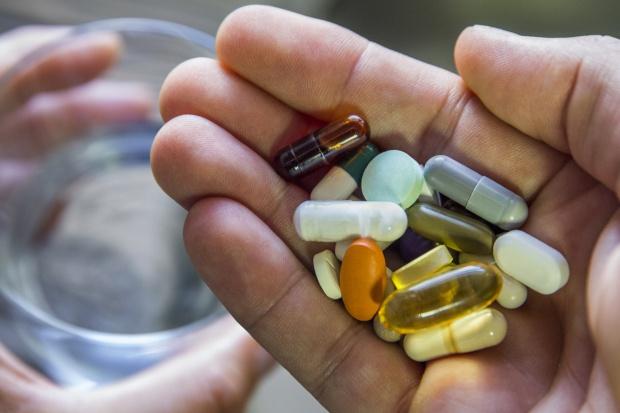 Przez źle dobrane leki ginie więcej osób niż w wypadkach drogowych