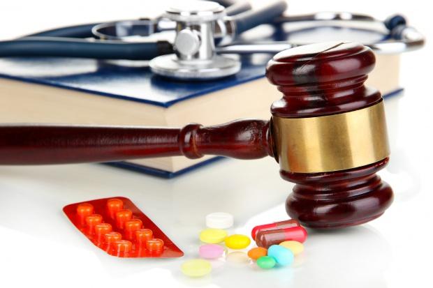 Dyspozytor zamiast wysłać pogotowie, kazał brać leki przeciwbólowe
