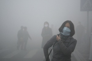 Pekin: władze walczą ze smogiem. Alert przedłużony