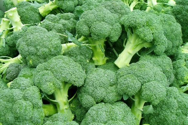 Brokuły zawierają dużo witaminy B2 i C