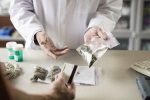 Onkolog: marihuana nie leczy, tylko działa wspomagająco