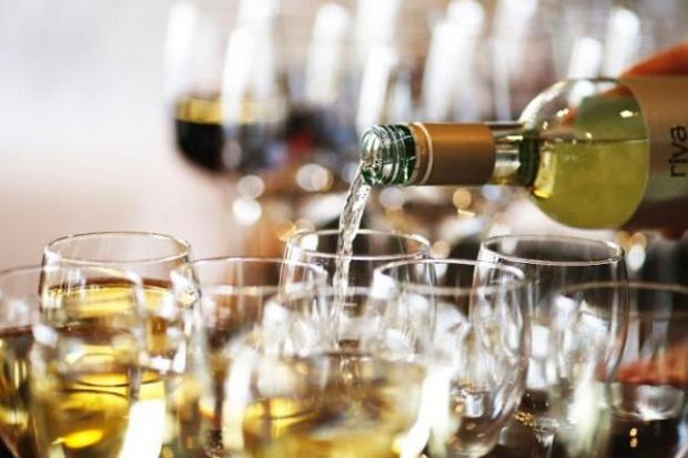 Badania: białe wino wpływa na rozwój raka skóry?