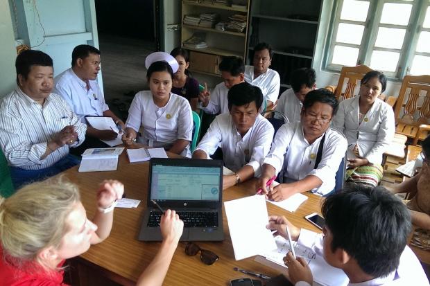 Polki pomagają małym birmańczykom przyjść na świat