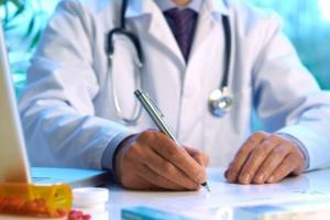 """Lekarze: podpisanie umowy na wystawianie recept to """"droga przez mękę"""""""