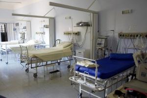 Jakie działania podejmuje GIS na rzecz minimalizowania występowania zakażeń szpitalnych?