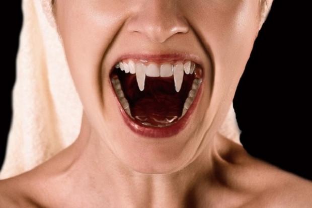 """Przychodzi pacjent do dentysty i mówi: """"kły wampira poproszę"""""""
