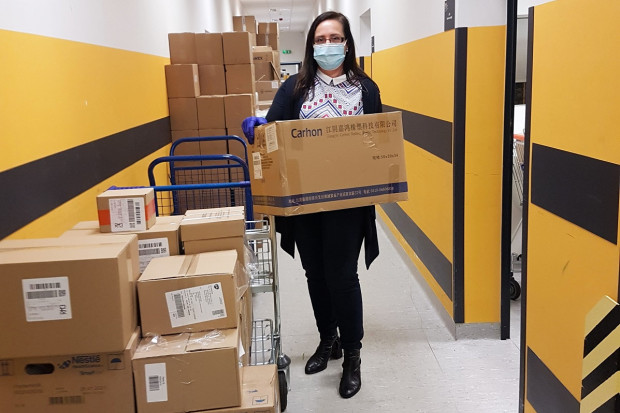 Dystrybutor farmaceutyczny przekazał szpitalom 110 tys. maseczek