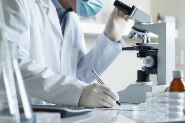 Naukowcy wytypowali setki substancji, które mogą zwalczać COVID-19