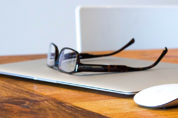 Chińskie badanie: okulary chronią przed przenoszeniem wirusa z dłoni do oczu