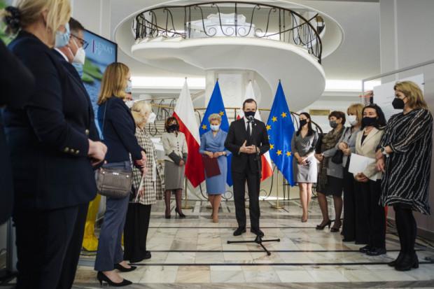 """Senat: wystawa """"Walka polskich medyków z pandemią koronawirusa"""" do obejrzenia także wirtualnie"""