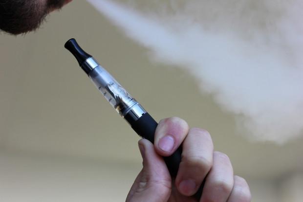 Istnieje zwiększone ryzyko zachorowania na covid-19 wśród e-palaczy