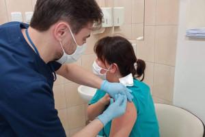 Lekarze rodzinni otrzymają premie za szczepienia przeciw COVID-19. Farmaceuci też powinni?